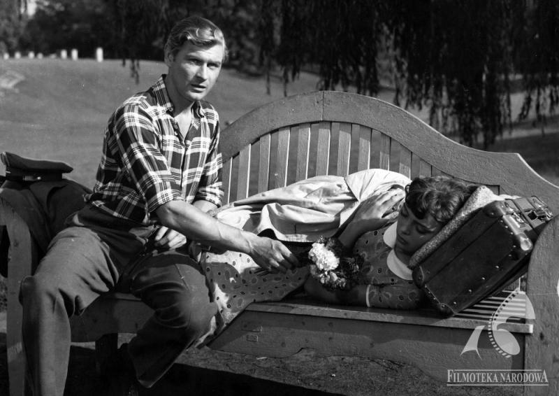 """Kadr z filmu """"Ewa chce spać"""" w reżyserii Tadeusza Chmielewskiego, 1957, fot. Jerzy Stawicki / Filmoteka Narodowa / www.fototeka.fn.org.pl"""