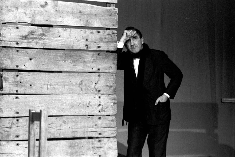 """Tadeusz Kantor przed premierą przedstawienia """"Wielopole, Wielopole"""", 1980, Paryż, Théâtre Bouffe du Nord, fot. Tadeusz Rolke / AG"""