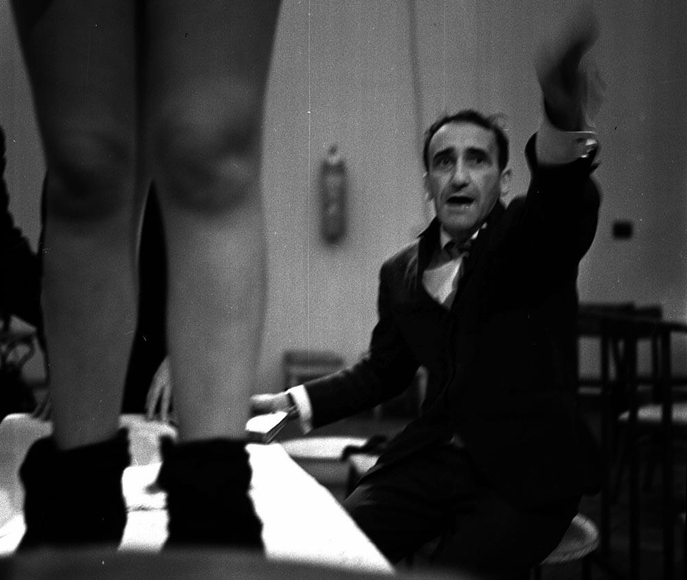 """Tadeusz Kantor, przedstawienie """"Kurka wodna"""", 1967, fot. Tadeusz Rolke / AG"""