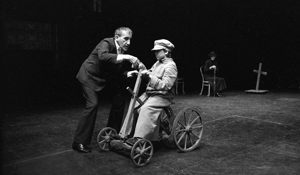 """Tadeusz Kantor w przedstawieniu """"Niech sczezną artyści"""", 1985, Eksperymentalny Teatr La MaMa, Nowy Jor"""