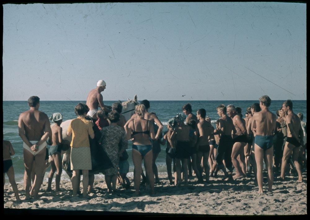"""Fotografia z happeningu Tadeusza Kantora """"Koncert morski (Panoramiczny happening morski)"""", 1967, fot. © Maria Stangret oraz Dorota Krakowska"""
