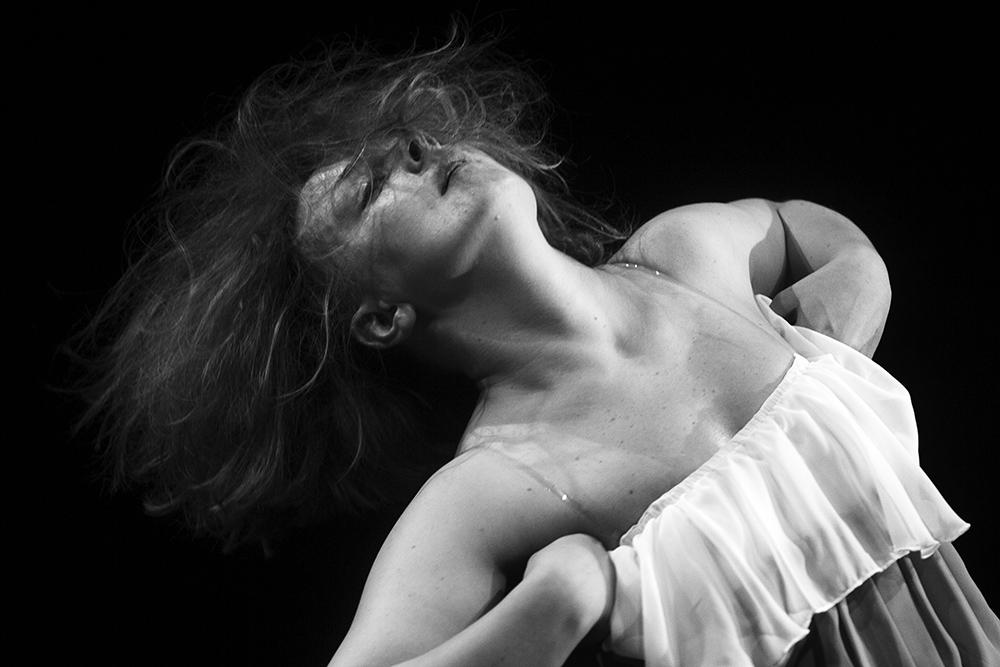 """Teatr Amareya, zdjęcie z przedstawienia """"Ślepa dama na salonach"""", wykonanie: Aleksandra Śliwińska, fot. Paweł Wyszomirski"""