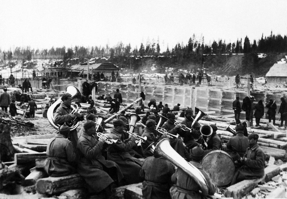 An orchestra of brass instruments plays for prisoners as they work. The construction of the Białomorski Canal in the years 1931-1933. A photograph from the album Gułag by Tomasz Kizne, photo: author unknown. Arsenyi Kuznyetsov's private archive, courtesy of the Polish Institute