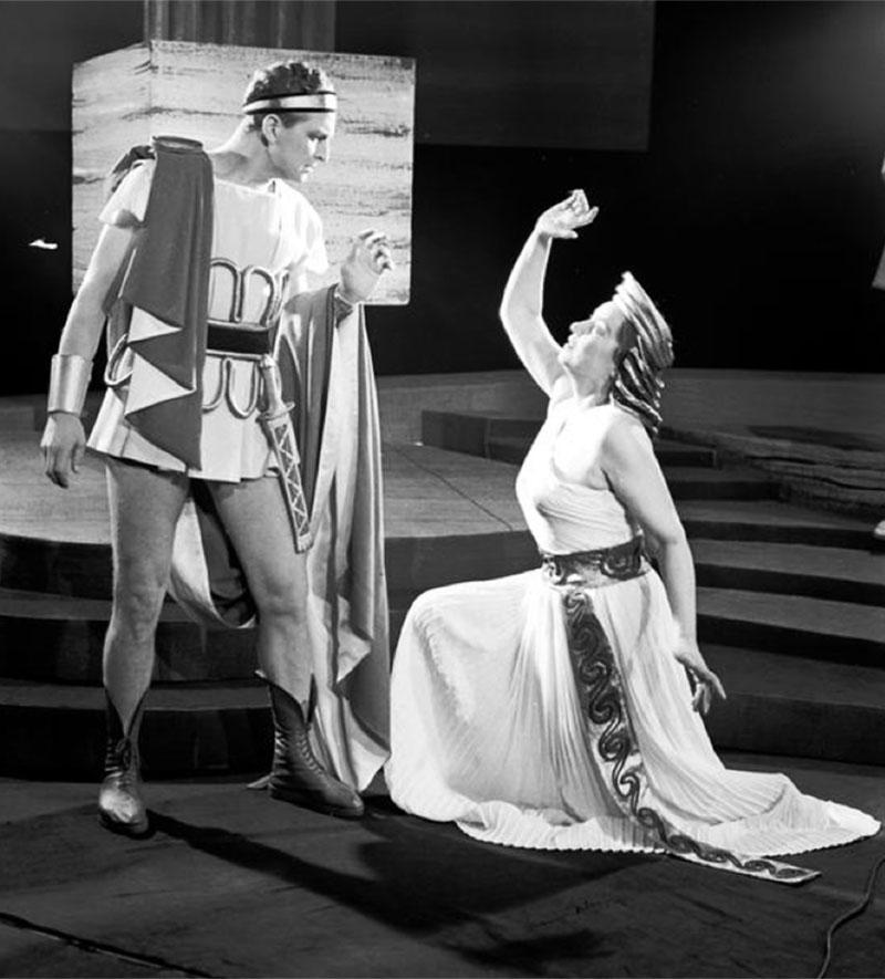 """Scena z przedstawienia  """"Fedra""""1957, Teatr Narodowy w Warszawie. Na zdjęciu: Igor Śmiałowski (Hipolit), Irena Eichlerówna (Fedra), fot. Edward  Hartwig / www.audiovis.nac.gov.pl (NAC)"""