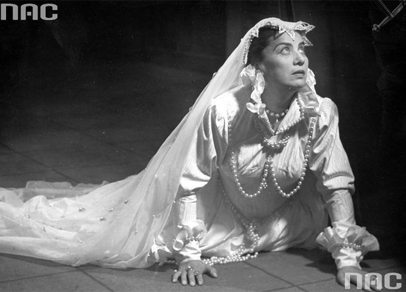 Irena Eichlerówna in a production of Mary Stuart, Narodowy Theatre in Warsaw, 1955, photo. Edward Hartwig / www.audiovis.nac.gov.pl (NAC)