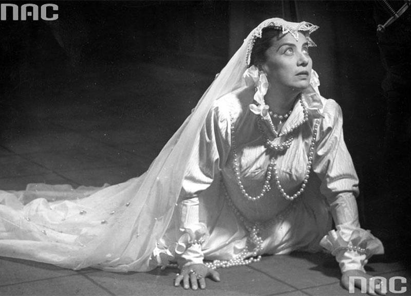 Irena Eichlerówna in a production of Mary Stuart, Narodowy Theatre in Warsaw, 1955, photo. Edward Hartwig / www.audiovis.nac.gov.pl (NAC)