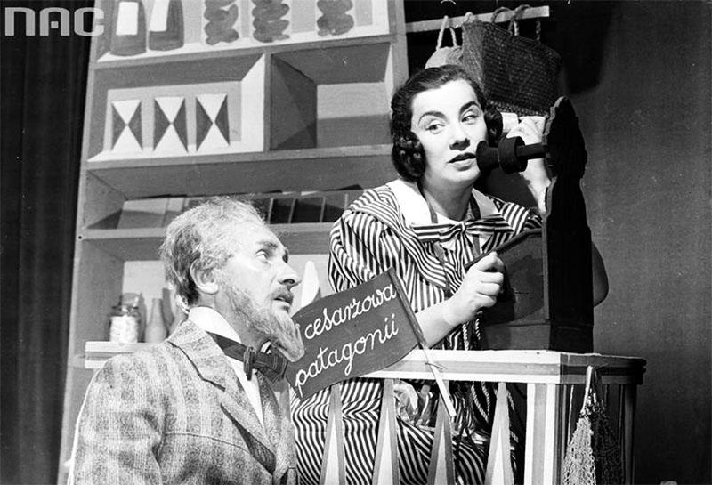 """Scena z przedstawienia """"Zaloty"""", Teatr Młodej Warszawy, 1957. Na zdjęciu:  Hańcza Władysław, Irena Eichlerówna, fot. Edward  Hartwig / www.audiovis.nac.gov.pl (NAC)"""