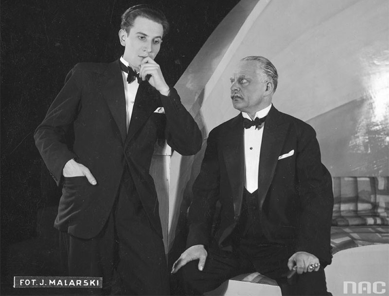 Scene from a production of Wir at the Narodowy Theatre in Warsaw.  Pictured: the director of the performance, Zbigniew Ziembiński, at Nicky (left) and Feliks Norski, 1933. Photo: Zakład Fotograficzny Jan Malarski and S-ka s.z o.o/ www.audiovis.nac.gov.pl (NAC)