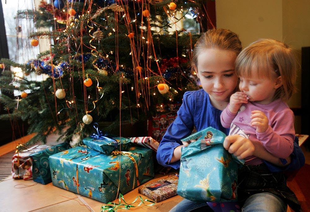 4.Sisters Dominika and Weronika unpack the presents they found below the Christmas tree, photo: Bartłomiej Zborowski/ PAP