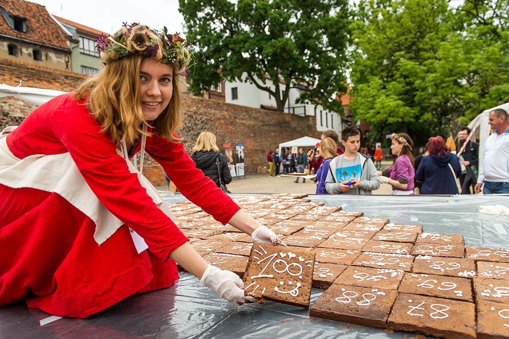 World record event for the biggest gingerbread heart ever made, held in Toruń's Castle Moat as part of the 10-year anniversary for the Museum of Gingerbread. It was 14m2 and was made from 300kg of dough, photo: Tytus Żmijewski /PAP