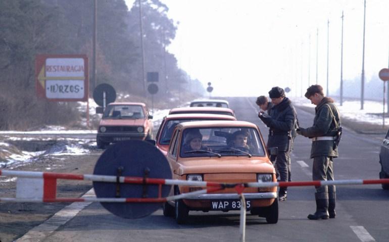 Блок-пост во время военного положения, Польша, Варшава, 1982. Фото: Крис Ниденталь / Forum