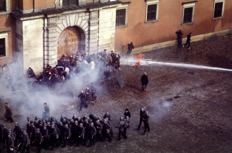 Stan Wojenny, 3 Maj, 1982, W-wa, Plac Zamkowy, konfrontacja, milicja, zomo, Solidarność, fot: Chris Niedenthal / Forum