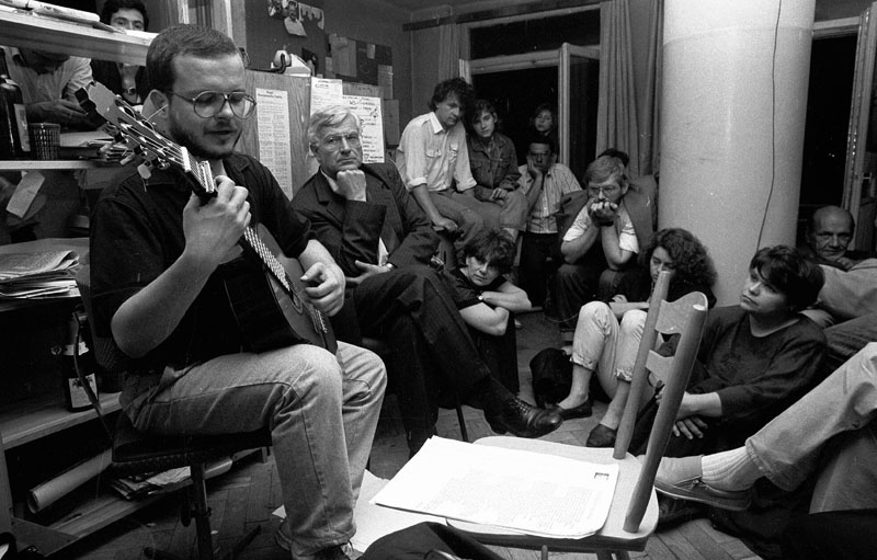 Яцек Качмарский на своем камерном концерте в Варшаве, 1990. Фото: Томаш Вежейский / AG
