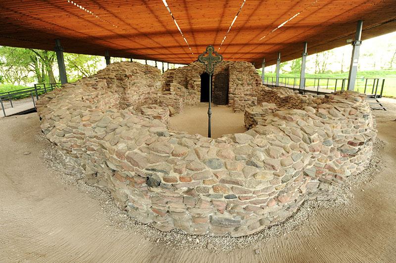 Ostrów Lednicki. Na zdjęciu:  palatium ( palac ) z kaplica około 963-966 roku, photo: Wojciech Strożyk / Reportert / East News
