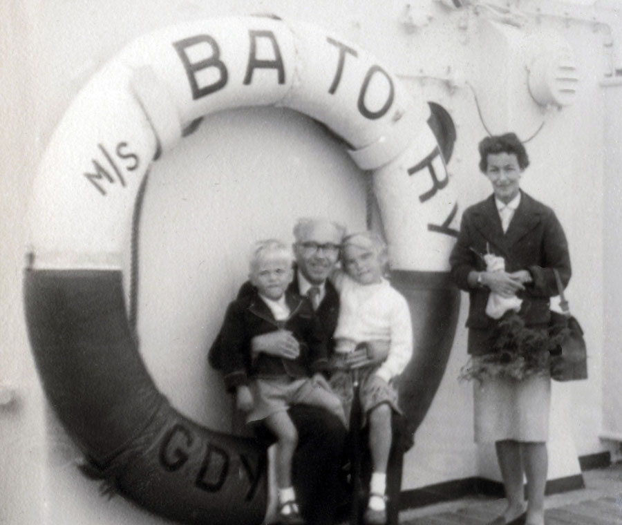 Leonard Jan Szymkiewicz with daughter Irena Małcużyńską and grandchildren Magda and Karol on the MS Batory, London 1957, photo: Małcużyński family archive / East News