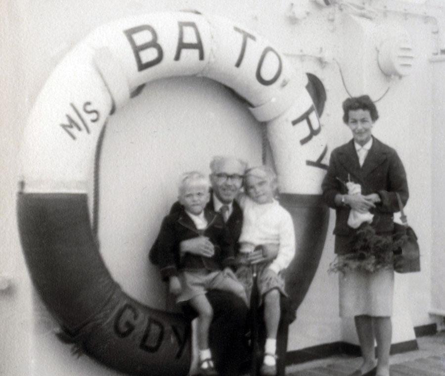 Leonard Jan Szymkiewicz with daughter Irena Małcużyńską and grandchildren Magda and Karol on the MS Batory, London 1957, photo: Małcużyński family archive / East News