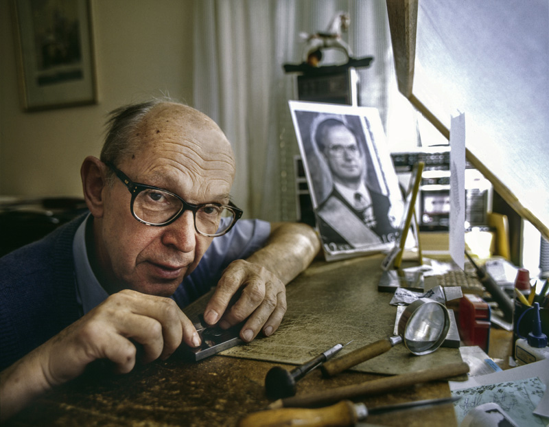 Czesław Słania in his home workshop while working on a stamp representing Carl XVI Gustaf of Sweden, photo: Woody Ochnio/Forum