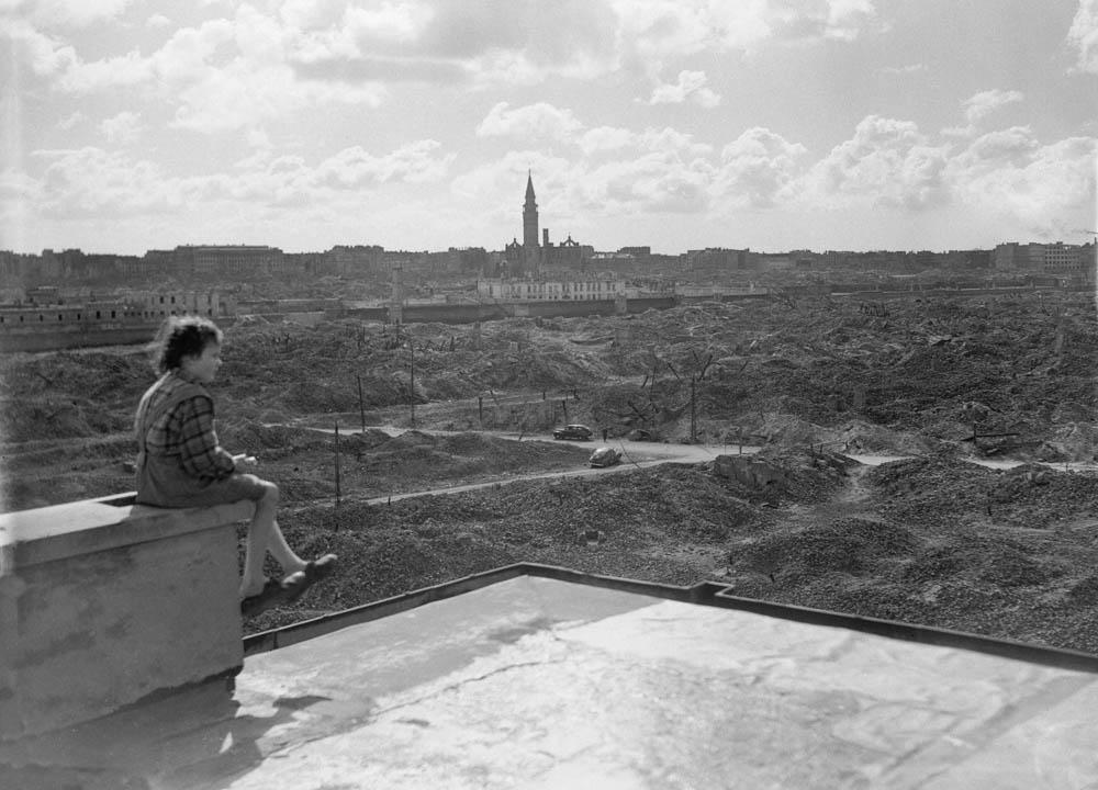 A different photo of the same girl and ruins, taken the same day by a different photographer; photo: © Hans Reinhart / Bettmann / CORBIS
