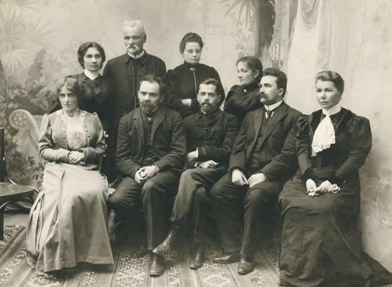 """Members of the Lublin Society for the Promotion of Education """"Światło"""" from Nałęczów: Faustyna Morzycka, Stefan Żeromski, Gustaw Daniłowski, Przemysław Rudzki, Helena Dulęba, Kazimierz Dulęba, Felicja Sulkowska, 1906. Photo: POLONA / www.polona.pl"""