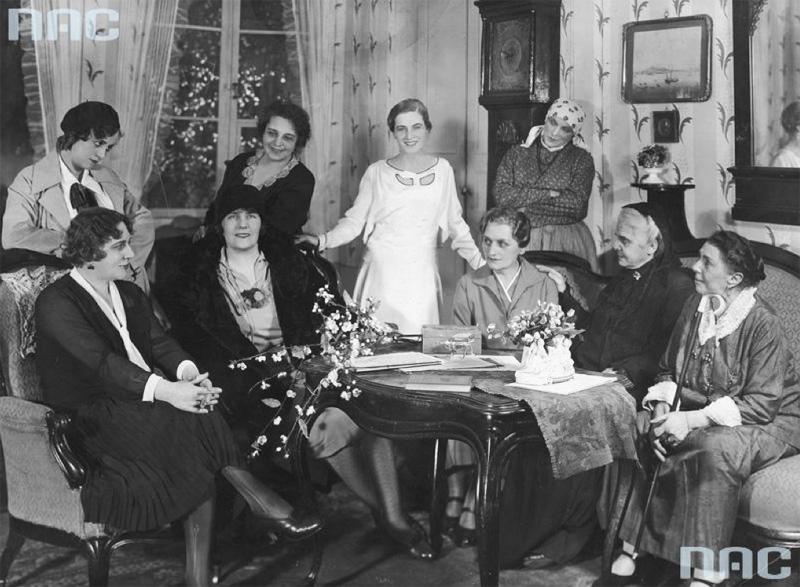 """A performance of """"House of Women"""" by Zofia Nałkowska at the Polish Theatre in Warsaw, 1930. The photo includes the writer and actresses. Sitting from the left: Maria Przybyłko-Potocka, Zofia Nałkowska, Stanisława Słubicka, Wanda Barszczewska, and Honorata Leszczyńska. Standing from the left: Karolina Lubieńska, Wanda Siemaszkowa, Mila Kamińska, and Janina Muncklingrowa. Photo: Narodowe Archiwum Cyfrowe / www.audiovis.nac.gov.pl"""