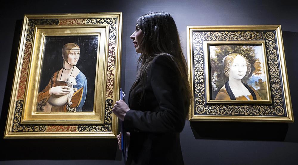 """Reprodukcje """"Damy z gronostajem"""" (po lewej) i portretu Gin (R) pokazywane w ramach stałej kolekcji w muzeum Leonardo Da Vinci Experience w Rzymie. 16 lutego 2017, fot. Angelo Carconi/EPAPAP"""