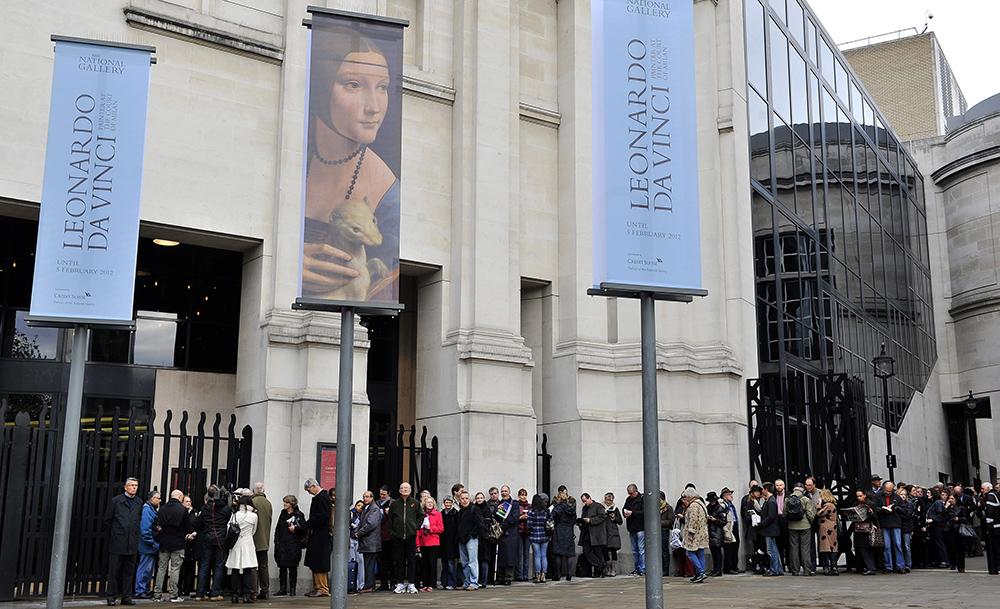 """Kolejka przed National Gallery w Londynie przed otwarciem wystawy """"The Lady with an Ermine"""", na której pokazywany był portret Cecili Gallerani, 9 listopada 2011, fot. Andy Rain/EPA/PAP"""