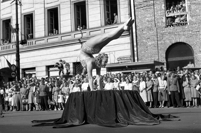 V Festiwal Studentów i Młodzieży, Warszawa. Na zdjęciu: pokaz sportowy na placu Defilad, fot. Andrzej Marczak / Forum