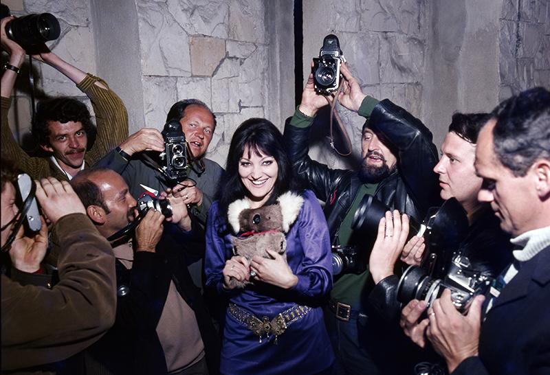 X Międzynarodowy Festiwal Piosenki w Sopocie, 1970. Na zdjęciu: fotoreporterzy wokół piosenkarki, fot.  Jerzy Michalski / Forum