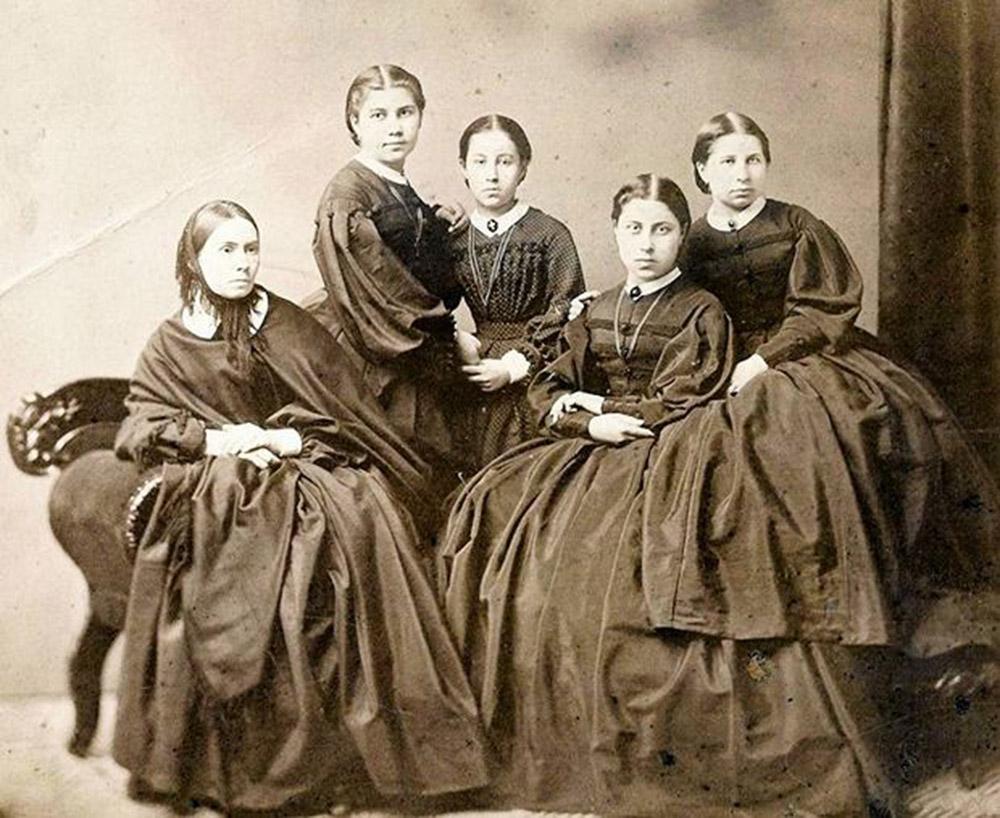 Karol Beyer, polskie kobiety w żałobie narodowej, noszonej od 1861 roku i po upadku powstania styczniowego. Na zdjęciu: Emilia ze Szwarców Heurichowa z córkami Teodorą, Heleną, Julią i Emilią, przed 1867, fot. z archiwum Jacka Dehnela