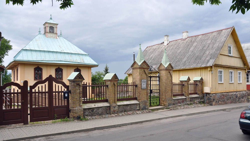 Trakai, Latvia. A Kenesa and a wooden house on the Karaim Street. Photo: Krzysztof Wojciechowski / Forum