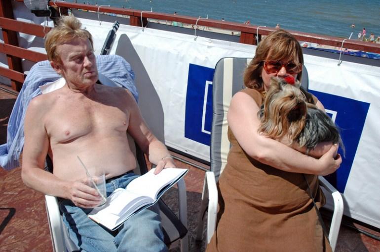 Daniel Olbrychski z żoną Krystyną Dembską podczas wypoczynku nad morzem, 2005, fot. Jrzy Kosnik / Forum