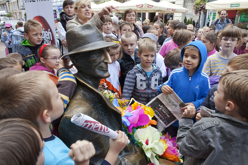 A statue of Julian Tuwim in Łódź surrounded by children, photo: Marian Zubrzycki/Forum