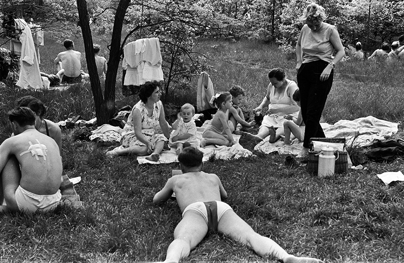Bielański Park, leisure time in May, 1959, Warsaw, photo: Andrzej Marczak / Forum