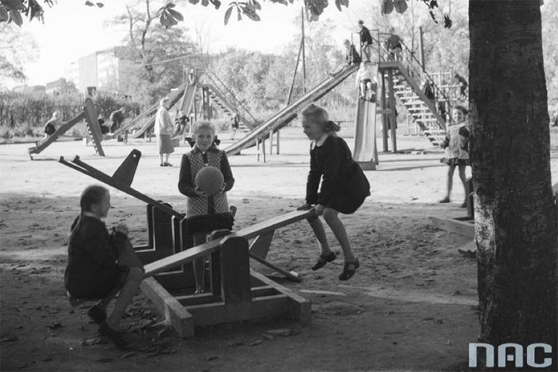 Dzieci w ogrodzie jordanowskim przy ulicy Wawelskiej w Warszawie, 1950 - 1960, fot. www.audiovis.nac.gov.pl (NAC)
