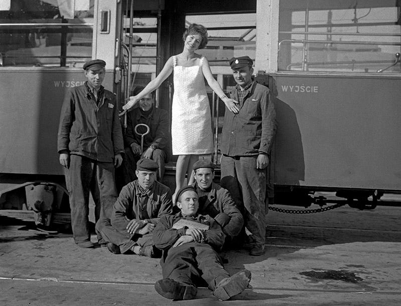 """Pokaz projektów domu mody """"Moda Polska"""" w zajezdni tramwajowej, 1961, Warszawa, fot. Andrzej Wiernicki / Forum"""