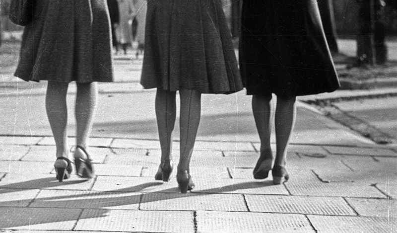 Kobiety w jedwabnych pończochach ze szwem, Warszawa, 1946, fot. E. Falkowski / CFK / Forum