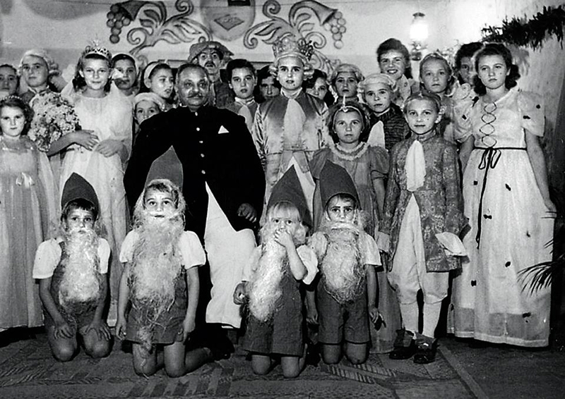 Jam Saheb with rescued Polish orphans, photo: Centrum Studiów Polska-Azja