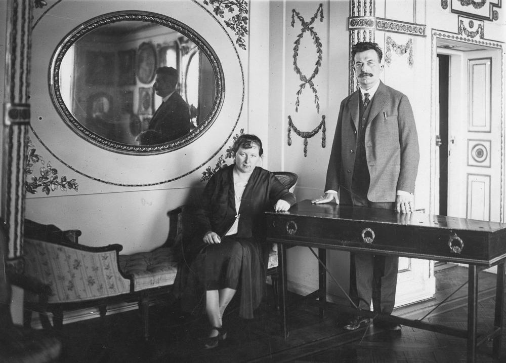 Maria Beata Branicka and Adam Branicki in one of the rooms of the Wilanów Palace, 1928, photo: audiovis.nac.gov.pl NAC.