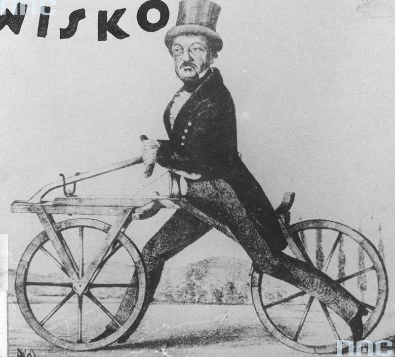 """Karl Friedrich Drais von Sauerbronn na pierwszym rowerze swojej konstrukcji, napędzanym poprzez odpychanie nogami od ziemi. W lewym górnym rogu napis """"Wisko"""". Fotokopia rysunku, fot. www.audiovis.nac.gov.pl (NAC)"""