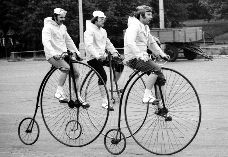 Pokaz bicykli  z dziewiętnastego wieku, Warszawa 1977, fot. ot. Jan Rozmarynowski / Forum
