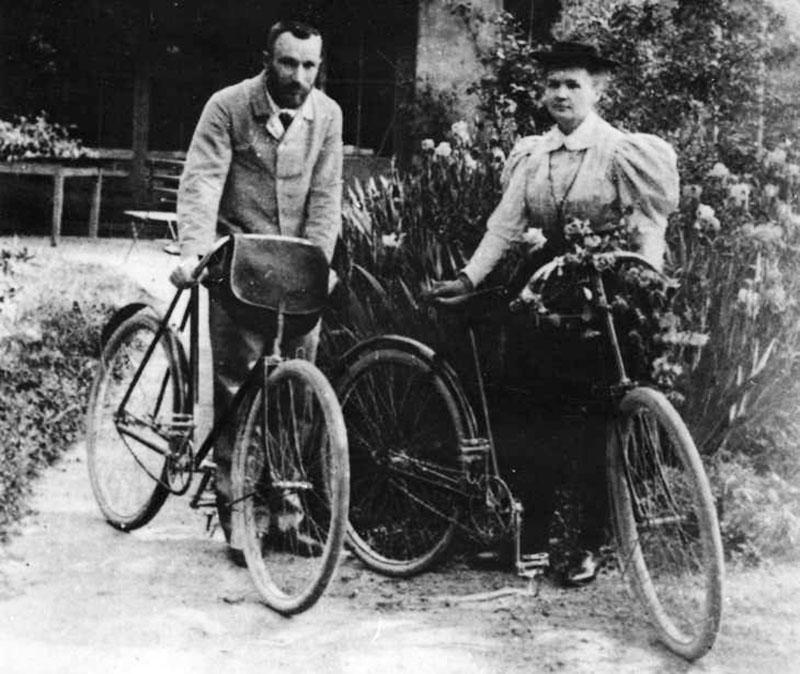 Maria Skłodowska-Curie i Piotr Curie z rowerami przy Boulevard Kellerman / www.audiovis.nac.gov.pl (NAC)
