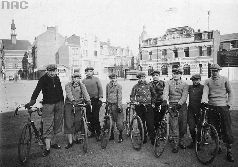 Grupa kolarzy stojąca przy rowerach. Widoczni m.in.: Bolesław Napierała (1. z lewej), Spaczyński, Majchrowicz, Skolarczyk, Jastrzębski, 1934, fot. www.audiovis.nac.gov.pl (NAC)