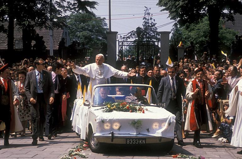 Jan Pawel II przed katedra w Czestochowie w samochodzie Polski Fiat 125p, podczas pierwszej pielgrzymki do Polski. 1979,  fot. Krzysztof Pawela / Forum