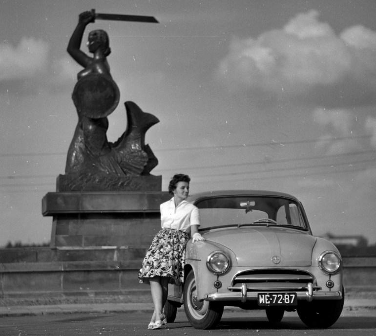 Samochód Warszawa w Warszawie nieopodal Syrenki Warszawskiej, 1962, fot. Tomasz Prazmowski/MSiT/Forum