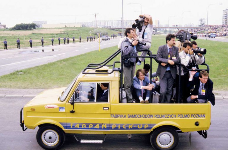 Tarpan z reporterami podczas pielgrzymki Jana Pawła II do polski 1987, fot. Wojtek Łaski / East News