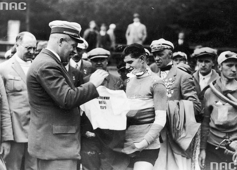 "Tour de Pologne – the end stage in Warsaw.  President of the Łódz District Cycling Association Artur Thiele hand Józef Stefański a jersey with the inscription ""Leading the race,"" Łódz, 1929, www.audiovis.nac.gov.pl (NAC)"