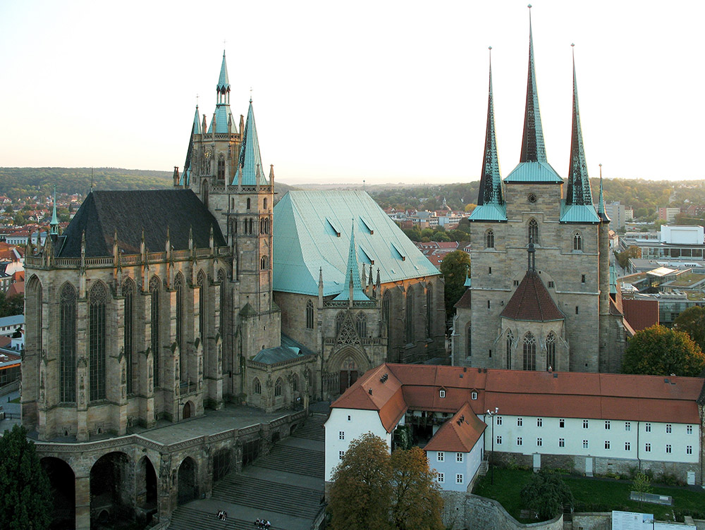 Erfurt Cathedral (Erfurter Dom Sankt Marien) and Church St. Severius, self shot from a Ferris Wheel at the Erfurt Oktoberfest, photo: Thuringius / wikimedia.org