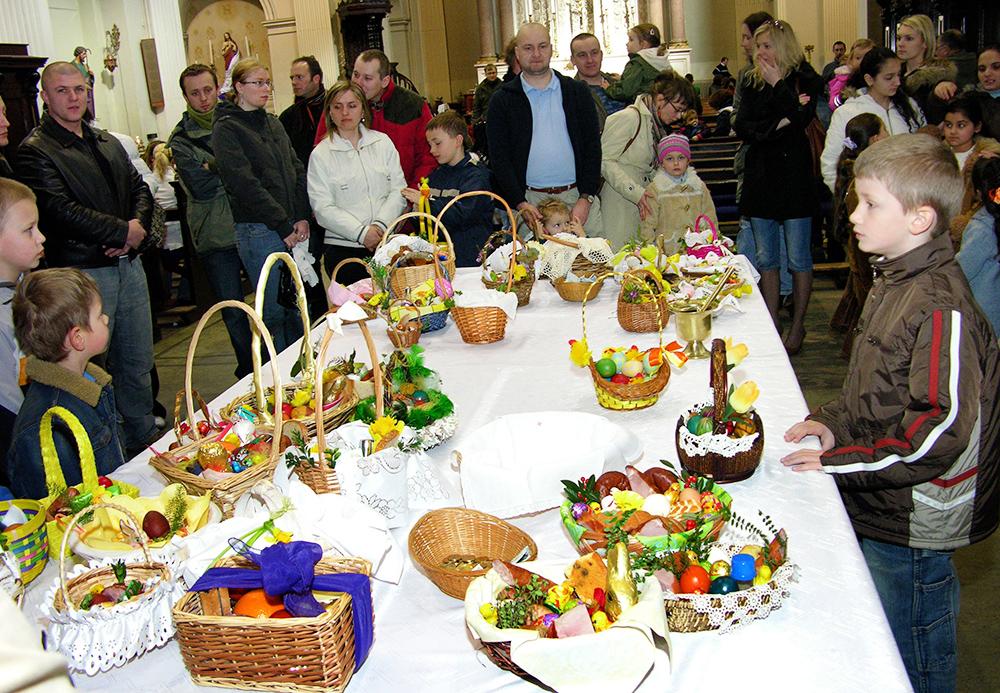 Holy Saturday Dublin Irlandia Swiecenie pokarmow w polskim kościele pod wezwaniem Sw. Audoena, photo: P. Mazur/Reporter