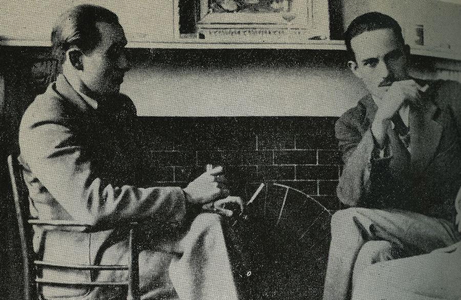 Юлиуш и Марек Жулавские в Лондоне, у камина в художественной мастерской на Лэдброк-Гроув, фото из семейного архива
