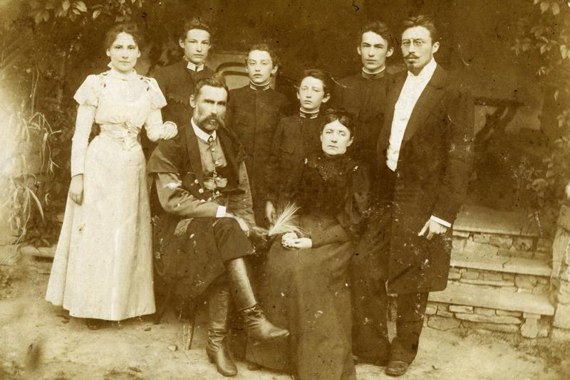 Млынне, 1897 год. Слева направо стоят: Ядвига, Богдан, Славомир, Януш, Зигмунд, Ежи. Сидят: Казимир и Юзефа, фото из семейного архива